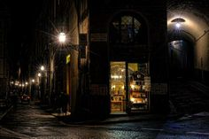 Renata @ReSB76  @Argyle_Empire this nighttime shot on the streets of Florence remember me of #TheRaven ! ;) pic.twitter.com/uwRIFJApO1
