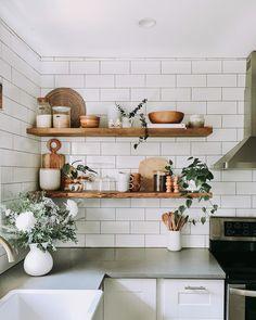 Cozy Kitchen, Kitchen Dining, Kitchen Decor, Wren Kitchen, Kitchen Ideas, Kitchen Organization Pantry, Kitchen Shelves, Hotel Room Design, Loft