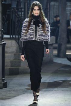 Guarda la sfilata di moda Chanel a Roma e scopri la collezione di abiti e accessori per la stagione Pre-Collezioni Autunno-Inverno 2016-17.