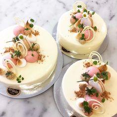 Vår somriga jordgubbsmousse. Passar utmärkt som bröllopstårta i en vacker ställning #bröllop#sommar#vitchokladmousse#jordgubbsmousse