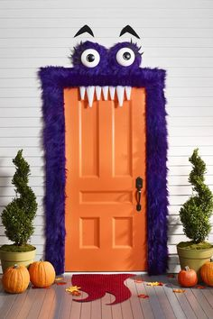 Scary Outdoor Halloween Decorations - Best Yard and Porch Halloween Decorati. - Scary Outdoor Halloween Decorations – Best Yard and Porch Halloween Decorati… Spooky Halloween, Porche Halloween, Halloween Veranda, Halloween Front Door Decorations, Diy Halloween Home Decor, Halloween Porch, Homemade Halloween, Outdoor Halloween, Holidays Halloween
