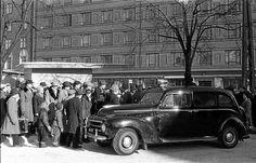 """""""Toimintaa Kauppakorkeakoulun edustalla. Arvioisin ajaksi vuodet 1956–58"""", Mikko J. Salminen muistelee."""