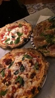 Who's craving an Italian pizza on this cold Wednesday morning? Junk Food, Food Food, Big Pizza, Wednesday Morning, Italy Tours, Visit Italy, Naples, Aquarius, Italian Recipes
