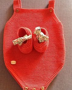 44 Likes, 8 Comments - Puntobe Baby Booties Knitting Pattern, Knit Baby Booties, Baby Hats Knitting, Easy Knitting Patterns, Knitting For Kids, Boy Diy Crafts, Diy Crafts Knitting, Diy Bebe, Diy Baby Gifts