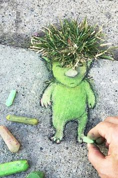 Street art by David Zinn. I need to do this instead of fighting with my weeds. Street art by David Zinn. I need to do this instead of fighting with my weeds. David Zinn, Land Art, Amazing Street Art, Amazing Art, Chalk Drawings, Art Drawings, Art For Kids, Crafts For Kids, Orquideas Cymbidium
