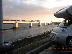 Harlingen (N 53° 10.780′en E 5°25.084′). Een leuke plaats om te overnachten. Langs het kanaal kan water ingenomen worden € 0,50 voor 100 liter. Geen voorzieningen om het zwarte water te legen.