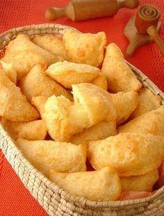 Tempo: 2h (+15min de descanso) Rendimento: 30 Dificuldade: fácil Ingredientes: 1 colher (sopa) de manteiga 2 xícaras (chá) de farinha de trigo 1 gema 1 cop