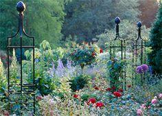 Växtstöd, bågar och torn i pulverlackerat gjutjärn för park och trädgård