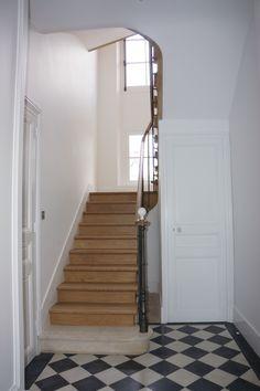 Départ d'escalier à l'anglaise, en chêne . Marche de départ en pierre, poteau en fonte et main courante en noyer.  www.gerriet.com