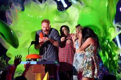 Pin for Later: See Stars Get Slimed at the Kids' Choice Awards! The Modern Family Cast