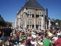 Drukte op Koninginnedag 2007 bij het Wetshuis, het voormalige stadhuis van Almelo, op de koornmarkt.