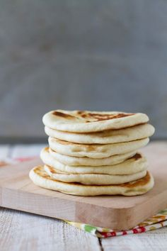 An Indian style flatbread, this Easy Naan Recipe is easy enough to make at home. Serve it with a curry for a delicious meal. Homemade White Bread, Best Homemade Pizza, Sally Lunn Bread, Easy Naan Recipe, Beef Burrito Recipe, Blueberry Bread Recipe, Whats Gaby Cooking, Dinner Rolls Recipe, French Toast Bake