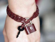 How to make a braided leather bracelet VÍA http://www-en-rhed-ando.blogspot.com.es/2013/08/como-hacer-un-brazalete-secretos-de.html