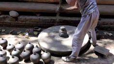 36. Nepal: Torneando sobre una rueda-bloque volante con alto momento de inercia, propulsado con un palo de Nepal