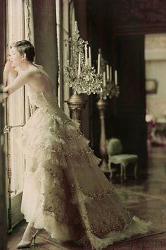 """Estilista Christian Dior, criador do """"new look"""", ganha livros e exposição."""