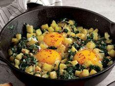 ✿ ❤ ♨ Patatesli pazılı yumurta / Pratik ve sağlıklı bir tarif... Malzemeler: 1 soğan, 3 yemek kaşığı zeytinyağı, 10-12 pazı yaprağı, 1 patates, Tuz, Karabiber, 4 yumurta, Üzeri için: Kırmızı pul biber.