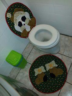 Deixe seu banheiro em clima de natal com esta decoração...  Este jogo de banheiro contém duas peças, sendo que a tampa do vaso tem duas frentes, uma em que o papai-noel sorri e a outra que ele fecha os olhos e aparece quando a tampa do vaso é levantada, e o tapete quadrado com uma botinha.  Todas...
