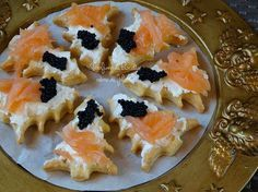 Alberi+al+salmone+e+uova+di+lompo Holiday Appetizers, Holiday Recipes, Party Sandwiches, Food Therapy, Christmas Dishes, Christmas Foods, Fruit Tart, Antipasto, Food Design