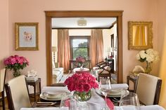 eclectic dining room by MANDARINA STUDIO interior design - mirror across from a window - increases light and views Small Dining, Small Space Living, Small Rooms, Small Apartments, Small Spaces, Dining Area, Dining Table, Easy Home Upgrades, Espace Design