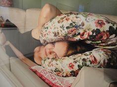 """Yksityiskohta valokuvateoksesta """"Nainen sohvalla"""". Satu Haavisto ja Aino Kannisto (2015)"""