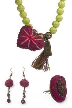 El Rosa; anillo ajustable, aretes y pulsera verde con corazón de fieltro $307