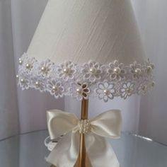 Puro luxo nesse abajur em linho e pérolas. Um toque especial para o quarto de sua princesa.  #abajurdecorado #abajur #abajurpersonalizado ##abajurperolas #abajurbebe #babydesing #babydecor #decorbabyroom #decorbaby #decoracaobebe #decoracoapersonalizada #quartomenina #decorluxo #babyluxo #babygirl #decoration #mimosbaby #babydecoration #decoracaobebe