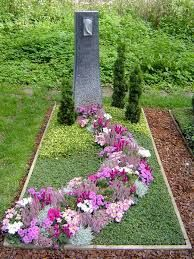 Tomb The Effective Pictures We Offer You About funeral ideas A quality picture can tell you many things. You can find the most beautiful pictures that can be presented to you about funeral f Garden Art, Flower Care, Flower Arrangements, Memorial Garden, Flower Decorations, Front Garden, Grave Flowers, Flowers