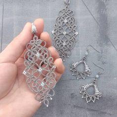 Este posibil ca imaginea să conţină: bijuterii Diy Lace Earrings, Tatting Earrings, Tatting Jewelry, Thread Jewellery, Lace Jewelry, Crochet Earrings, Needle Tatting, Tatting Lace, Shuttle Tatting Patterns