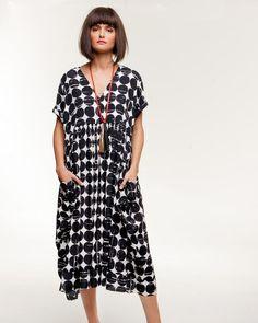Remarquez le collier minimaliste avec la robe aux lignes simples.  Très joli! || Alembika | Atelier Designers