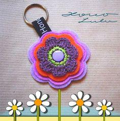 Schlüsselanhänger von Hono Lulu (dawanda 2014) bzw. fummelhummel Taschenbaumler Button Applikation Nähen Blume Prilblume Häkelblume Filz Cam Snaps bunt retro lila orange grün flieder