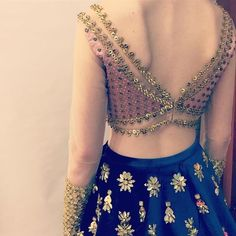 The perfect blouse back design for your wedding blouse awaits inside! Check out these latest blouse designs for back now! Blouse Back Neck Designs, Stylish Blouse Design, Choli Designs, Fancy Blouse Designs, Bridal Blouse Designs, Saree Blouse Designs, Choli Back Design, Golden Blouse Designs, Lehenga Blouse