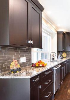Granite kitchen countertops with dark brown shaker style wood cabinets. Dark Brown Kitchen Cabinets, Backsplash With Dark Cabinets, Kitchen Cabinet Styles, Brown Kitchens, Wood Cabinets, Dark Granite Kitchen, Kitchen Backsplash, Brown Granite Countertops, Quartz Kitchen Countertops