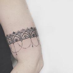 """""""Mi piace"""": 1,976, commenti: 42 - Allan Salazar   Tattoo Artist (@allantattooer) su Instagram: """"• Bracelete do caminho da Iluminação! À chegada ao Nirvana espiritual! •"""""""