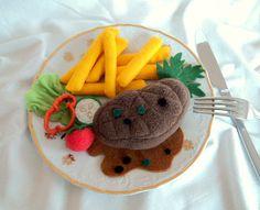Hovězí steak s hranolky ( do dětské kuchyňky) Jídlo z plsti a fleece do dětské kuchyňky. Sada obsahuje: hovězí steak ( 10 cm), hranolky ( 8 kusů), zeleninová obloha ( lístek salátu, cherry rajčátko, kolečko okurky, paprika, celerový list), omáčka. Části z fleece ( steak) možno prát na 30°C. Foceno na dezertním talířku o průměru 19 cm.            ...
