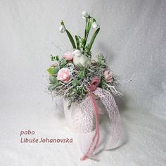 Jaro růžové (209) Trvanlivá dekorace z umělých květin v keramické nádobě. Použitý materiál: keramický ptáček v barvě nádoby, textilní květy, umělá zeleň, drobné větvičky a kořínky, plody eukalyptu, lišejník. Doplněno stužkami. Celková výška dekorace: 30 cm. Table Decorations, Furniture, Home Decor, Homemade Home Decor, Home Furnishings, Decoration Home, Arredamento, Dinner Table Decorations, Interior Decorating