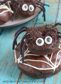 Make these creepy crawly Chocolate Pumpkin Spider Donuts with a chocolate coating and a fun candy twist for the perfect Halloween dessert. Halloween Desserts, Halloween Party Treats, Halloween Goodies, Halloween Cupcakes, Holiday Treats, Holiday Fun, Halloween Dishes, Halloween Clothes, Winter Treats