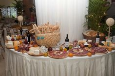 Mesa de Quesos Candy Table, Wine Cheese, Diy Table, Table Settings, Salads, Gourmet, Spanish Tapas, Cheese Table, Hors D'oeuvres