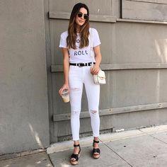 Pin for Later: 17 Sommer-Outfits, die niemals aus der Mode kommen Ein grafisches T-Shirt mit weißen Jeans und Sandalen