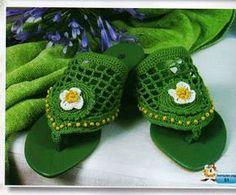 Mundo do Artesanato: SANDALIAS HAVAIANAS E CROCHET Crochet Sandals, Crochet Boots, Crochet Slippers, Knit Crochet, Shoe Crafts, Yarn Crafts, Flip Flop Craft, Crochet Flip Flops, Decorating Flip Flops