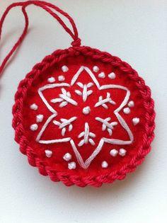Vánoční kolečko Vyšívané filcové vánoční kolečko. Lehounce vycpané mikrovláknem. Průměr cca 6 cm Moc mu to sluší jen tak někde na klice, komodě, vetvičce ve váze nebo třeba na hřebíčku na zdi. No a kolečkový vánoční stromek by byl krásný:)