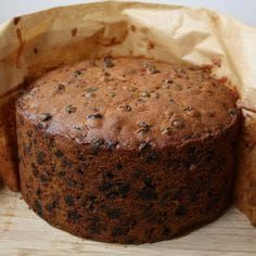 Christmas Fruit Cake - Every year I use the same recipe for my Christmas cake. This is a well tried and tested recipe perfected over many years. One year I tried five different recipes. After much debating and tasting… Cupcakes, Cupcake Cakes, Christmas Cooking, Xmas Food, Food Cakes, Fruit Cakes, Cake Tins, Different Recipes, Fudge