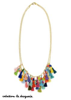 Comment faire un joli collier coloré ? On superpose des pompons de toutes les couleurs !! #ladroguerie #bijoux #collier