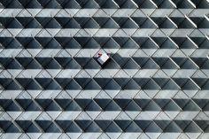 """El jurado eligió su fotografía por su """"simetría falsificada y rota a través de un ejercicio de composición que combina imaginación, humanidad, y capacidad técnica""""."""