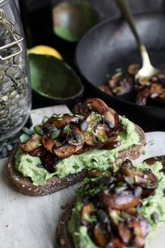 Avocado toast met balsamico champignons - Beaufood Avocado toast with balsamic mushrooms - Beaufood Avocado Toast, Avocado Spread, I Love Food, Good Food, Yummy Food, Food Porn, Comfort Food, Happy Foods, Relleno