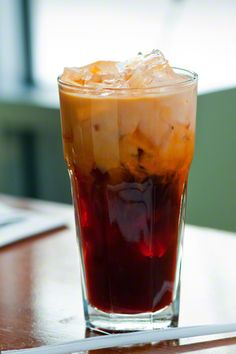 Thai iced tea (missing straw paper rose) Thai Tea Recipes, Iced Tea Recipes, Drink Recipes, Pattaya, Junk Food, Thai Ice, Eat Thai, Yummy Treats, Yummy Food