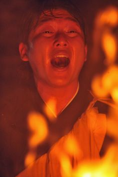 2012年 炎が上がる中、護摩行を行いお経を読む新井貴浩(撮影・今浪浩三)