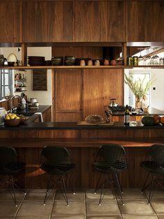 cozinha revestida em madeira escura texturizada