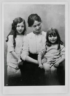 beauvoiriana:  Simone de Beauvoir est née le 9 janvier 1908. Nous nous souvenons de vous et vous remercions pour tout ce que vous avez écrit, Castor!Simone de Beauvoir, sa mère Françoise de Beauvoir (née Brasseur) et sa soeur Hélène. Paris, 1915. Photo: Archive familiale.