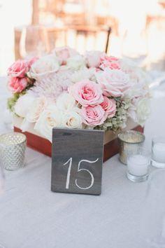 numeros para mesas en tejas con tiza - 25 ideas de numeros para mesas de bodas!