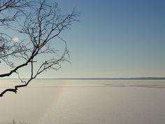 Säkylän Pyhäjärven jäällä Hiittenkarilla näkyi lumen päällä pintahalo, kun aamupäivän aurinko paisteli. © 2016 Miia Linden